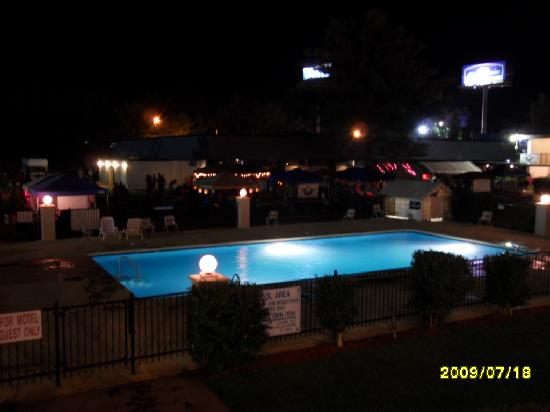 Americas Best Inn &amp; Suites Cartersville: Pool at night