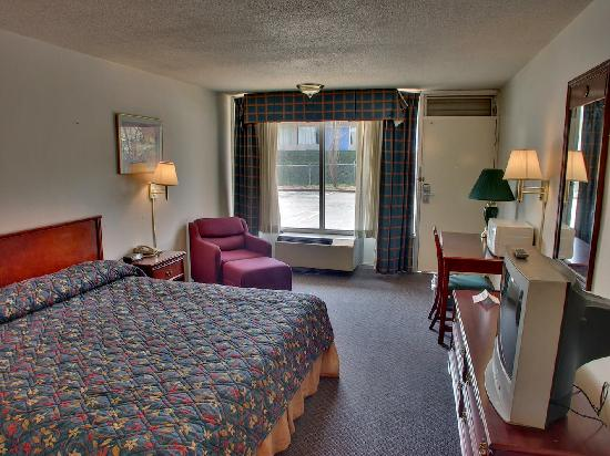 Americas Best Inn &amp; Suites Cartersville: King Size Beds