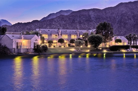 Lake La Quinta Inn: The Inn and the lake at dusk