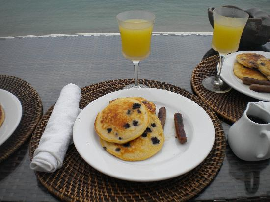 Tres Sirenas Beach Inn: Breakfast on the Patio