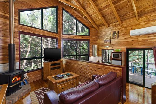 The Mouses House Rainforest Retreat: Fireplace and lounge
