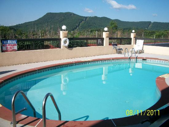 Quality Inn Troutville: Pool looking over the mountains.