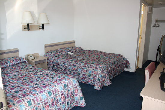 Motel 6 Kalispell: two twin beds