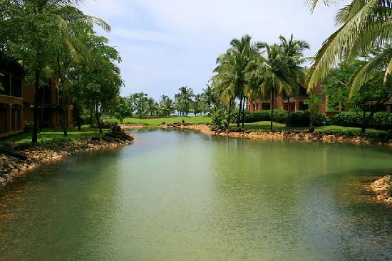 Cansaulim, Hindistan: lake in the hotel