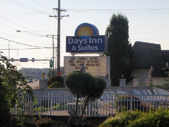 Days Inn & Suites: courtyard