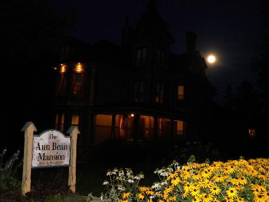 Ann Bean Mansion B&amp;B: Anne Bean Mansion at night