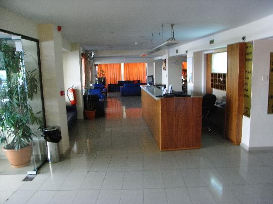 Mariandy Hotel: The hall of the hotel with the reception desk.