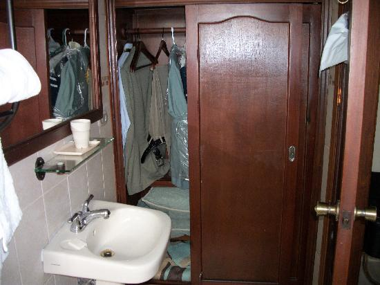 Hotel Internacional Managua: Bathroom and closet space
