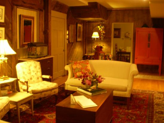 Captain Stannard House Bed and Breakfast Country Inn: couch area