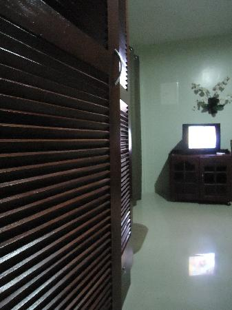 Alona Studios Hotel: cabinet and TV