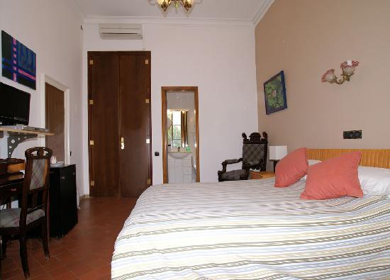 Hotel Liberty: Double bedroom and ensuite shower