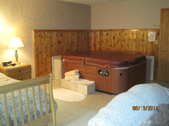 Springbrook Inn: King bed and hot tub
