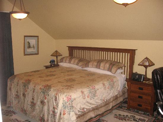 Calgary Westways Guest House: king size bed