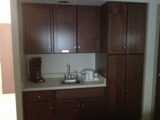 La Quinta Inn & Suites Louisville Airport & Expo: A picture of the very nice wet bar area