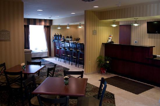 Cobblestone Inn & Suites, Oshkosh: Warm & Inviting featuring free hot breakfast and Guest Lobby Bar
