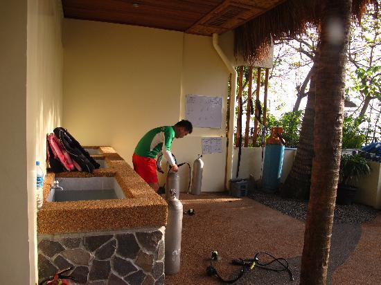Mike's Dauin Beach Resort: Clean area for diver