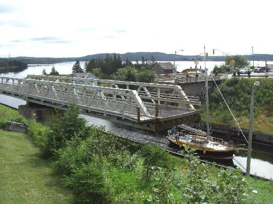 Bras d&#39;Or Lakes Inn: Die Brcke ber den Kanal ist gerade gedreht