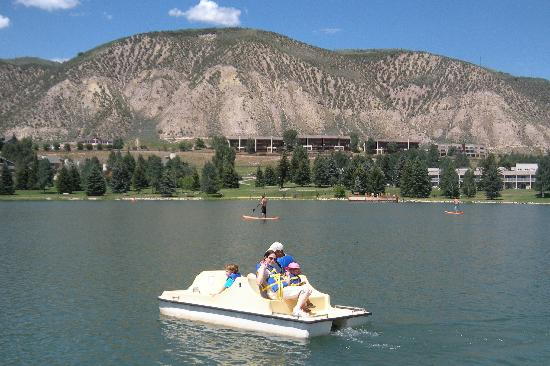 Lakeside Terrace: Paddle boating 60 seconds away