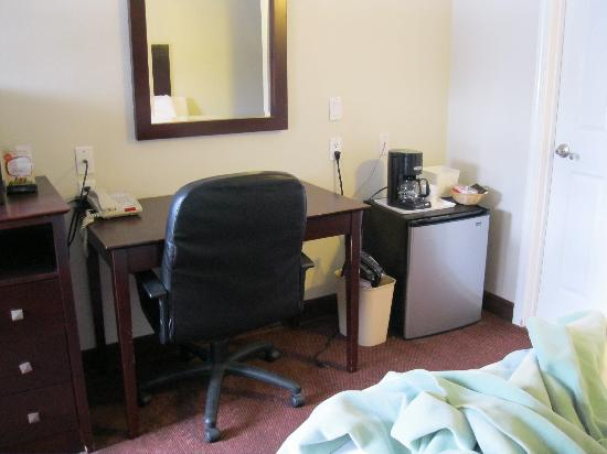 Super 8 Monterey: rooms include fridge and coffee maker
