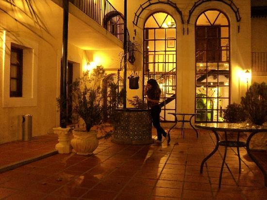 Don Antonio Posada: patio nocturno