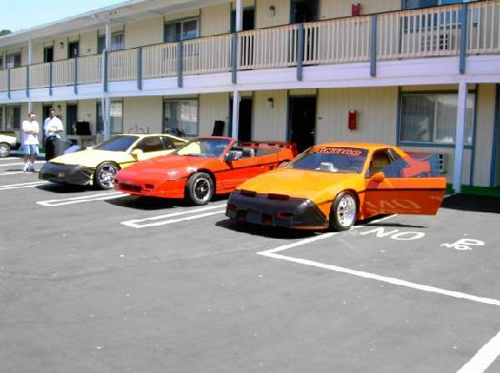 Courtesy Inn San Simeon: The cars are ready for the show at the hotel