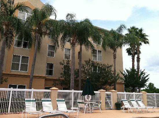 Quality Suites Lake Buena Vista: view from pool up to hotel room