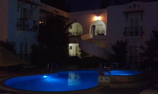 Small World Hotel: Hotel and pool by night