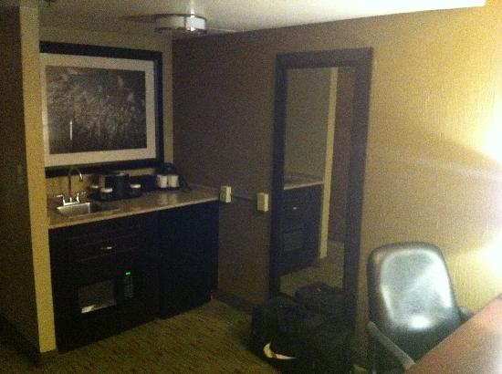 Embassy Suites by Hilton Columbus: Living Room/Wet Bar