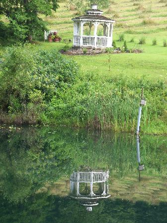 Four Seasons Cabins: quaint pond and gazeebo