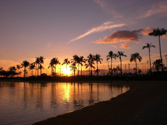 ‪‪Hilton Grand Vacations Suites at Hilton Hawaiian Village‬: ヒルトンホテル前の海岸(夕日)‬