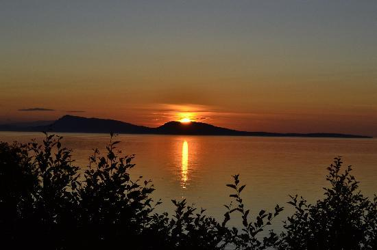 North Shore Cottages: Sunset Orcas island