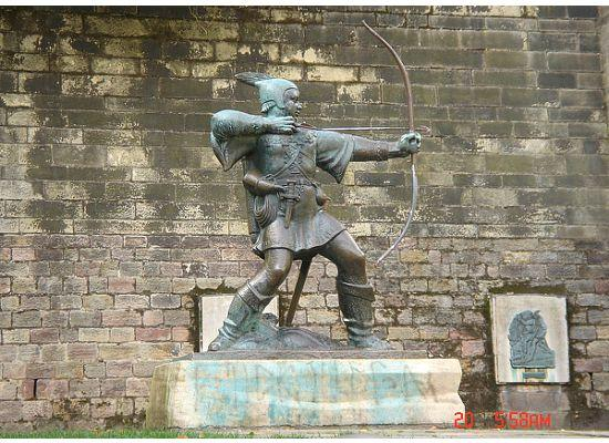 Ноттингем, UK: Statue of Robin Hood outside Nottingham Castle