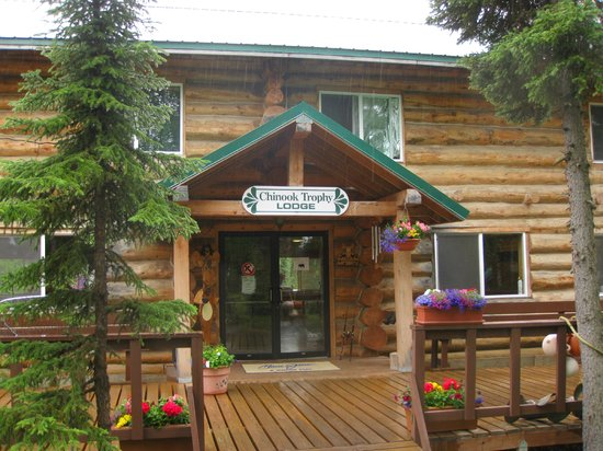 Kenai Riverbend Resort: Main Lodge Entrance; Kenai River about 25 yards behind me