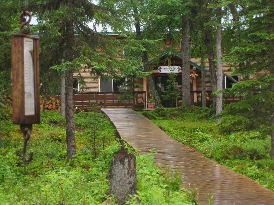 Kenai Riverbend Resort: Main Lodge Entrance; boardwalks connect lodge with cabins, Kenai River behind me about 10 yards
