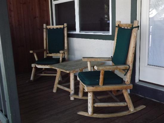 Hill Country Inn & Suites: Deck chairs