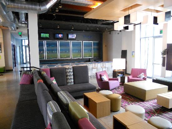 Aloft Milwaukee Downtown: Lobby looking toward bar