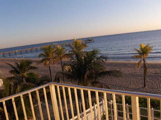 Lauderdale by the Sea, Floride : our view looking off the balcony