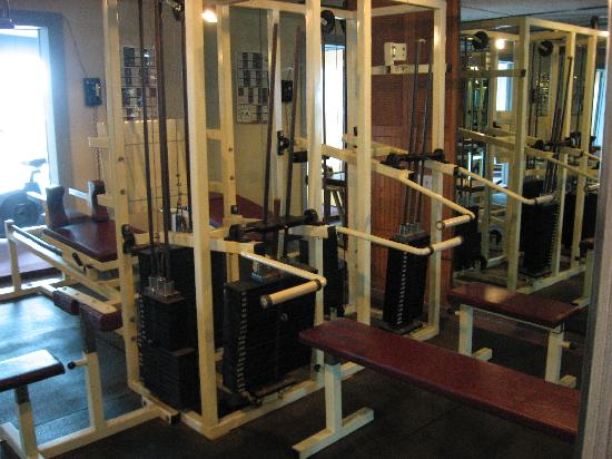 Days Inn Scranton: Old equipment in exercise room