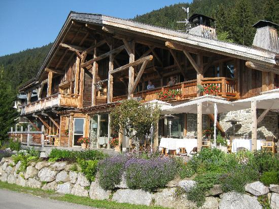 Hotel les servages d'Armelle: The main building with the restaurant and terrace