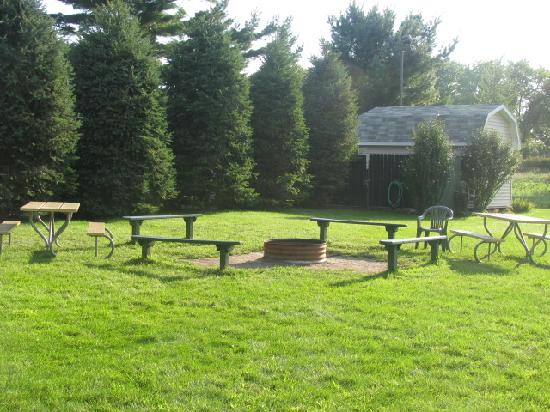 Sierra Sands Family Lodge: campfire ring area with seating
