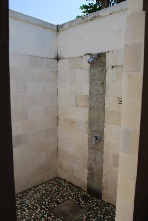 Aaliku Bungalows: shower