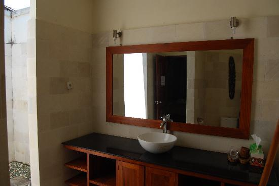 Aaliku Bungalows: Bathroom