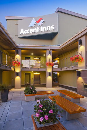 Accent Inn Victoria: Victoria hotel outdoor patio