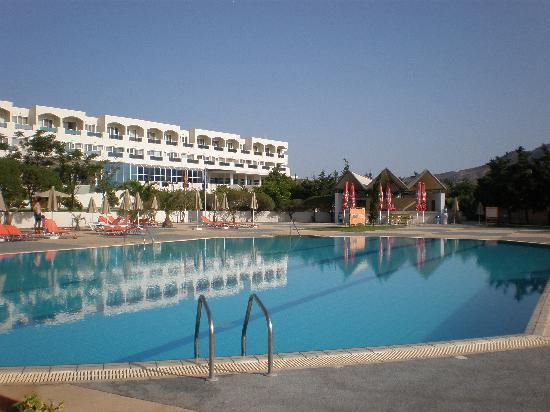 Sovereign Beach Hotel: La piscina