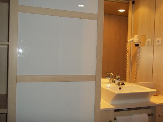 Guitart Central Park Resort & Spa : placards + lavabo (à l'entrée)