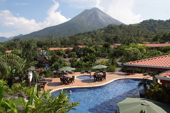 Volcano Lodge & Gardens: Pool and Volcano View