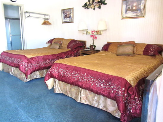 Fitzgeralds Motel: Funky bedspreads