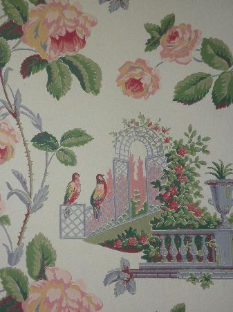 Ashley Inn: An example of the outdated wallpaper in our room