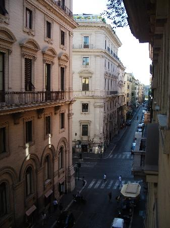 Bellesuite Rome: Looking from our window to Via Nazionale. There is also a refreshment stand on the corner sellin