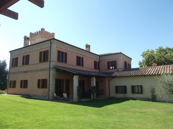 Agriturismo Fonte Sala : the main building in front of casa Ginestra